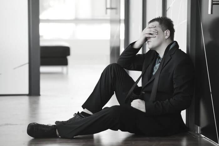 本気で落ち込んでいる姿を見たとき | 悪い印象を持っていた男性を見直す瞬間9パターン | スゴレン